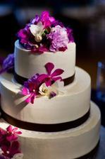 Stuhy v královské modré, květiny sladěny s kyticí do růžovo krémové