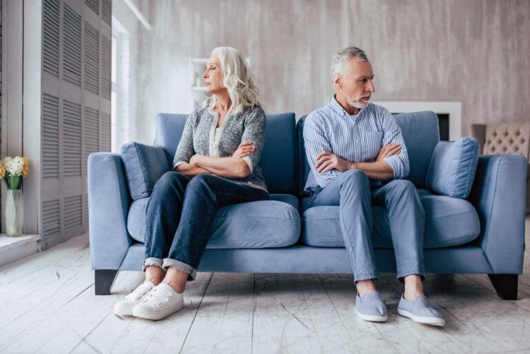 """💔Sú vaši rodičia rozvedení? Máte obavy z ich stretnutia na vašej svadbe?⚡️  Odborníčka na vzťahy radí: """"Nenúťte rozvedených rodičov, aby zahrali na vašej svadbe divadlo."""" https://mojasvadba.zoznam.sk/magazine/odbornicka-na-vztahy-radi-nenutte-rozvedenych-rodicov-aby-zahrali-na-vasej-svadbe-divadlo #magazin - Obrázok č. 1"""