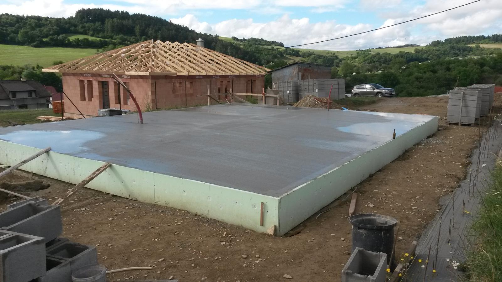 Dom - 13x10m  (15cm hrubka) cca 17-19m3 betonu.