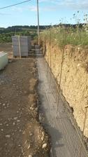 Horny oporny mur ( zakladovy pas 0,5x0,5mx 30m dlzka. roxor 8-10-12 pouzity.