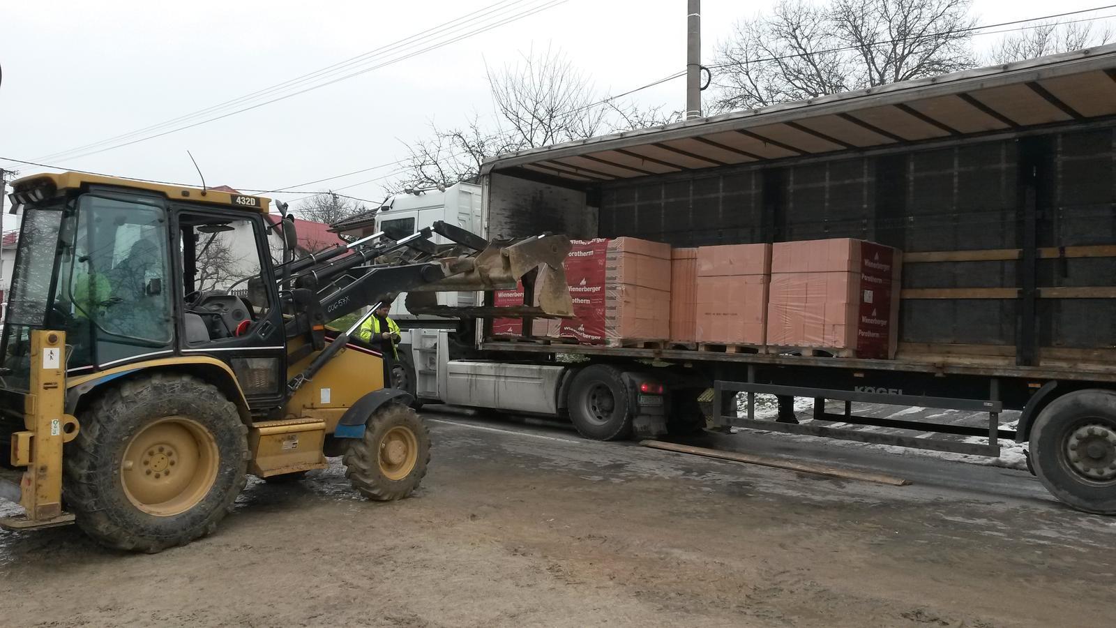 Dom - prisiel iny kamion ako mal.. a tak sa vykladalo na cestu...  namiesto hodinovky pol dna robotka...