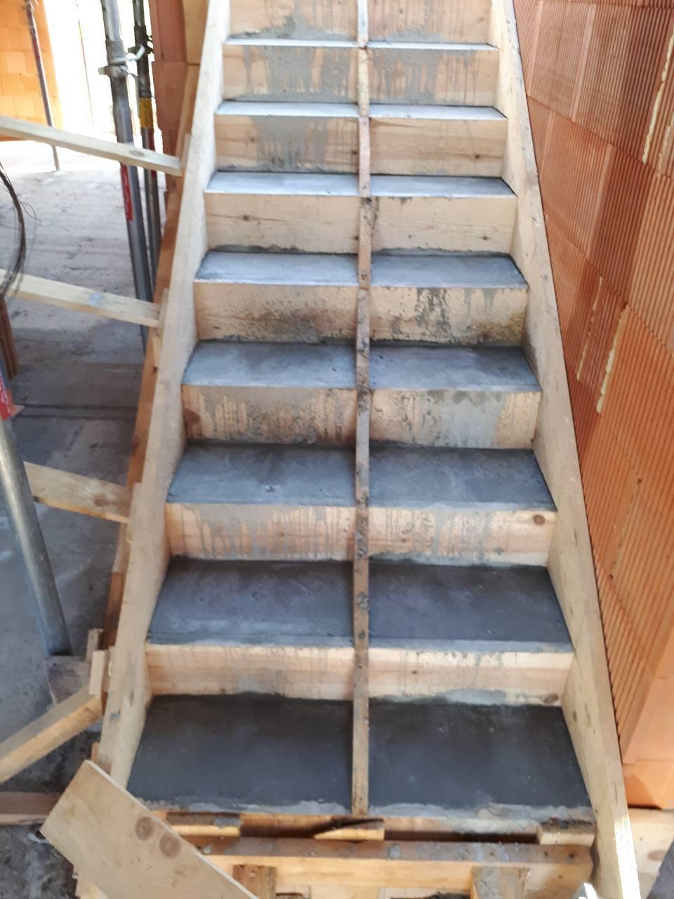 Dom - este stale schody zasalovane... nechce sa mi do toho odsalovania :D