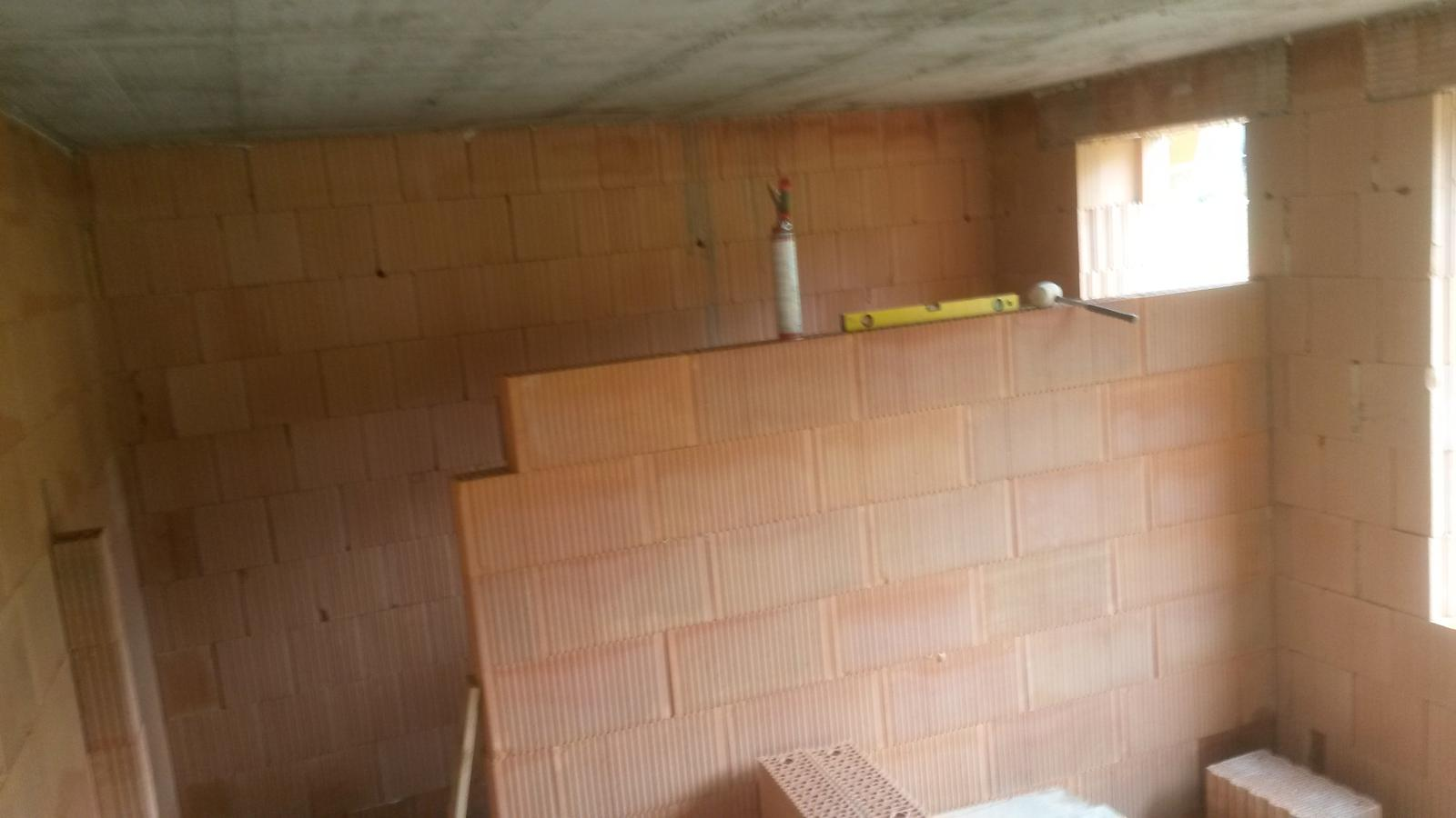 Dom - stena medzi spajzou a kuchynou.