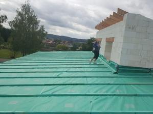 Tak už máme konečně krovy a dokonce první část střechy jsme zafóliovali. Teď už jen dodělat zbytek a můžeme jít na tašky. 😍