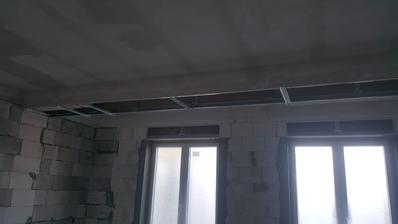 """Takhle jsme vyřešili průvlak. Museli jsme zamaskovat íčko, které """"trčelo"""" nehezky ze zdi. Do budoucna tam dáme nějaký LED pásek, nebo nějaké nasvícení. 🙂"""