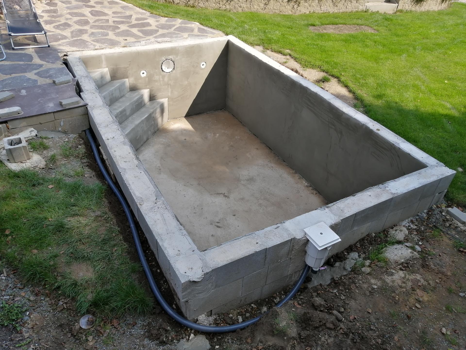Betonový bazén - Ještě přijde zapojit hadice