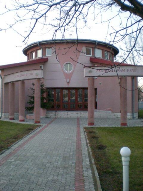 Radanka a Branko - nas kostol z vonku - Močarany pri Michalovciach