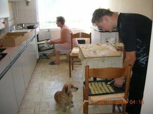 ženich pomáhá s pečením -je moc šikovný