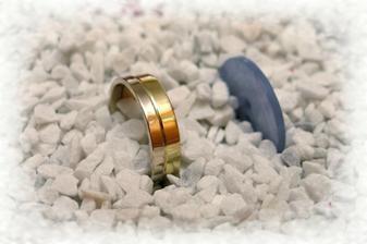 můj prstýnek vyměnili za knoflík a prstýnek schovali do písku. Ten měl tvar srdíčka