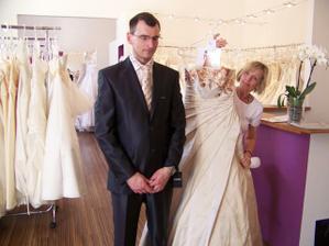 ženich (spící aby neviděl šaty)+výběr kravaty, šaty drží tchýně :)