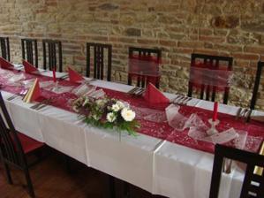 Už nazdobené stoly na naší svatbě