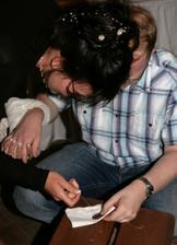 Úkol pro novomanžele - společně přišít knoflík :)