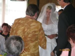 Lucka slibuje, že se o manžela dobře postará, kyž bude poslouchat..