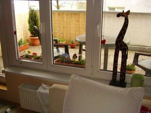 kus prírody za oknom v obývačke