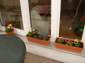 aby sa nam príjemne sedelo pri kávičke medzi kvetmi