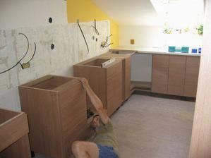 Začíná se montovat nová kuchyňská linka..