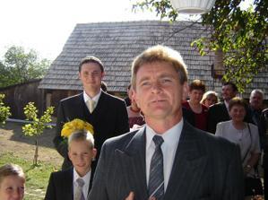 Prichádzajú hostia zo strany ženícha so starejším
