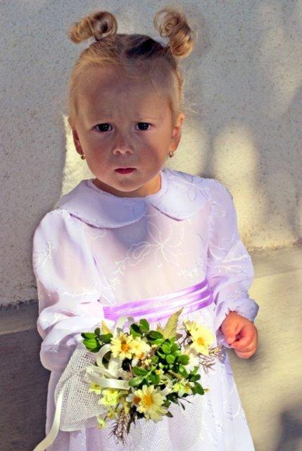 Majka{{_AND_}}Peťko - Naše zlaté krsniatko Timka, neviem, prečo sa mračí .. Možno sa jej nepáčil ujo fotograf :-)