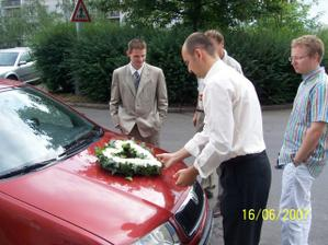 Ženich připravuje nevěstě autíčko