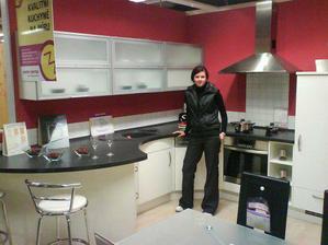 Nasa buduca kuchynka,len musi byt vymenena varna doska s umyvadlom :)