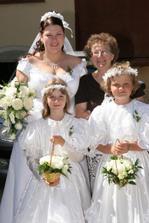 Nevěsta, družičky a babička