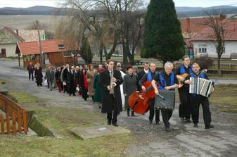 Bolo veselo, hudba hrala, všetci sa usmievali ...