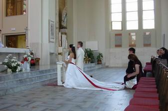 kľačíme pred oltárom