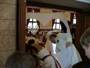 Prekvapenie pri vstupe do svad.sály-  museli sme vystrihnúť srdce a manžel ma cez neho preniesol k svad.stolu