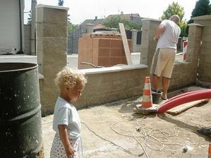 5.7.2010 ... tatínek nám staví plot ...