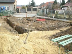 19.3.2010 ... připrava na hromosvod a na vodu ... koukám, že lopata nám nějak zahálí ... :o)
