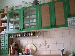Navrchu kuchynskej linky mám poháre na cestoviny, hríby a všeličo ostatné...no málo miesta v tej mojje malej minikuchynke, čo už kam som to mamla dať inde? :)