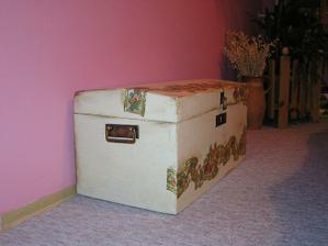 Vojenský kufor, kde mám pomôcky na moje kreatívne tvorenie...