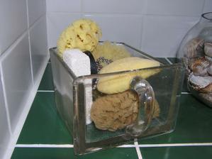 Nádoba zo starej kuchyne použitá na hubky...