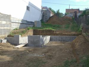 tu sa už črtá oporný múr