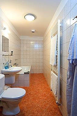 R+H 10červen2006 - koupelna u líbánkového pokojíčku tady v Čechách