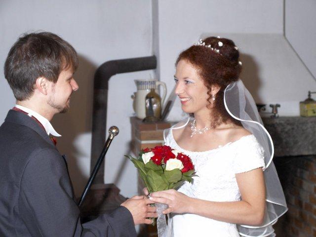 Romča{{_AND_}}Jan - Předání svatební kytice