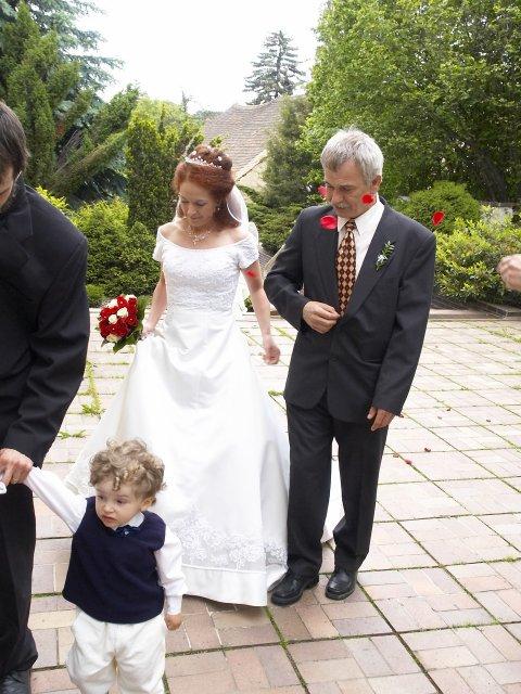 Romča{{_AND_}}Jan - Příchod do kostela nevěsta se svým strejdou