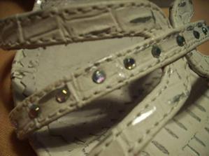 a na sandalkach taketo ligotačkové, tiez podobne strasu