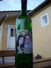 tak už sme začali lepit etikety na víno