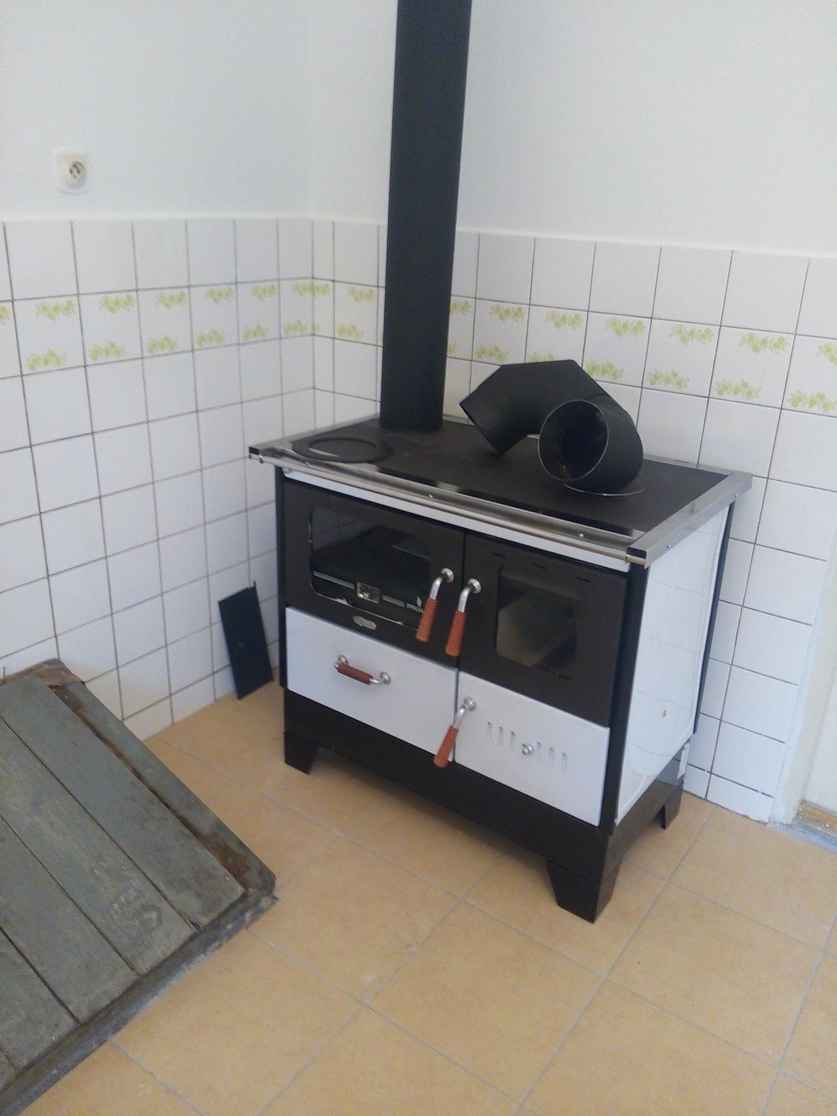 Letná kuchynka - doviezli nam sporak..uz len nasadit komin..