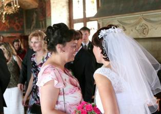 Sestra nevěsty při gratulaci.