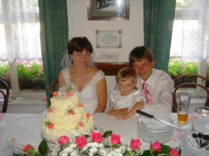 společné posezení u svatebního dortu s naší dcerkou Martinkou