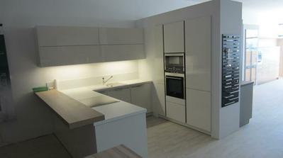 biela kuchyňa za svetla