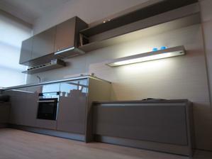 mini kuchyňo-obývačka (už len doplniť telku pod svetelnú policu vpravo)