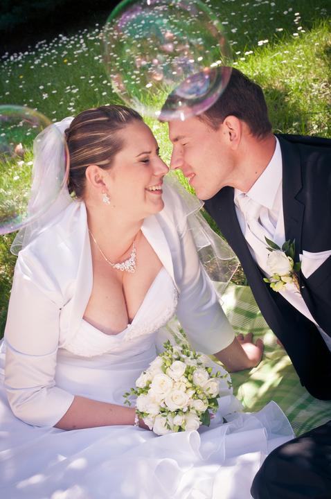 Katka{{_AND_}}Andrej - táto fotka sa mi veľmí páči, lebo to je krásna momentka... práve nám praskla bublinka do tváre