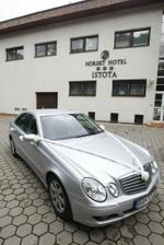 pred hotelom už na nás čakalo naše svadobné autíčko - krásne ozdobené (agentúra Your Way) a milým šoférom