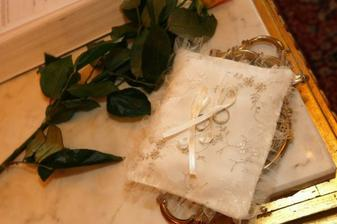 vankúšik s obrúčkami - oboje od Ivanky Janskej z agentúry Your Way, v Smoleniciach nám k nim dali ružičku :O)