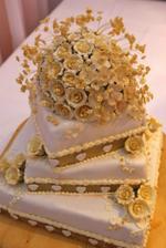 svadobná torta - bola ešte krajšia než som plánovala... a hlavne bola vynikajúca! Každé poschodie bolo inej príchuti - spodné čokoládovo-orieškové, stredné karamelové a vrchné ovocné.