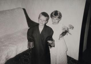 Já a můj brácha (dvojče) v říjnu 1994 (necelé 4 roky nám byli). Tak natrénováno máme a v červenci naostro :D K oltáři mě povede právě můj brácha.