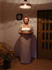 mnou šité jednoduché šaty na úzká ramínka,přes ramena šál
